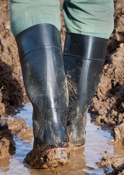met de laarzen in de modder staan